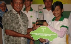 Minister of Env. Handling Over The Trophy To The 1st Winner